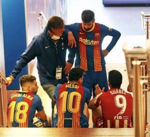 【西甲】战友情仍在!联赛后苏牙与梅西、阿尔巴、皮克球员通道内叙旧